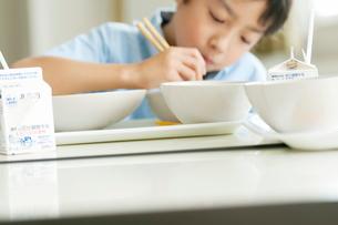 給食を食べる小学生の写真素材 [FYI01947696]