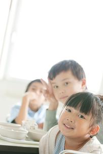 教室で微笑む小学生の写真素材 [FYI01947697]