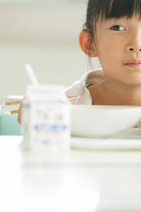 給食を食べる小学生の写真素材 [FYI01947699]
