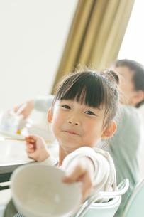 給食の食べ終わった器を差し出す小学生の写真素材 [FYI01947701]