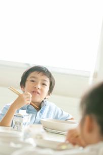 給食を食べる小学生の写真素材 [FYI01947702]