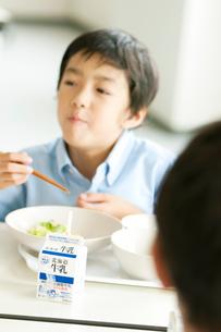 給食を食べる小学生の写真素材 [FYI01947711]