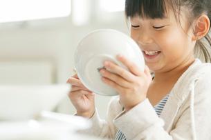 給食を食べる小学生の写真素材 [FYI01947713]