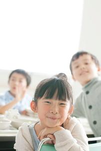 教室で微笑む小学生の写真素材 [FYI01947714]