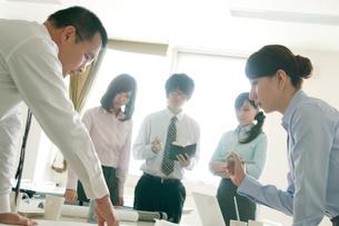 打合せをするビジネスウーマンとビジネスマンの写真素材 [FYI01947718]