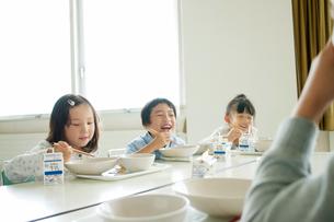 給食を食べる小学生の写真素材 [FYI01947732]