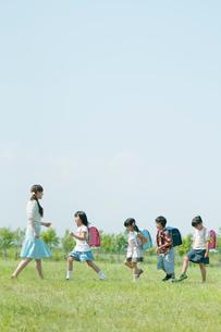 一列で歩く小学生と先生の写真素材 [FYI01947736]