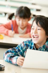 勉強をする小学生の写真素材 [FYI01947737]