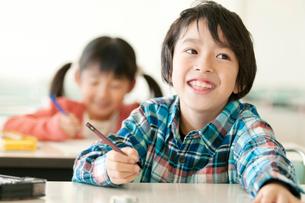 勉強をする小学生の写真素材 [FYI01947738]
