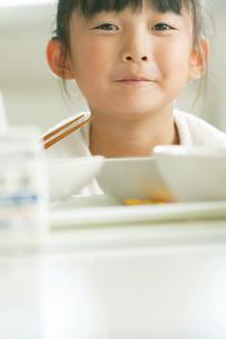 給食を食べる小学生の写真素材 [FYI01947743]