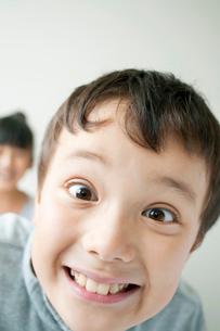 おどけた表情をする小学生の写真素材 [FYI01947759]