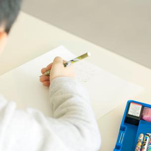 勉強をする小学生の手元の写真素材 [FYI01947764]