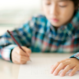 テストを受ける小学生の写真素材 [FYI01947774]