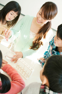 実験の授業をする先生と小学生の写真素材 [FYI01947775]