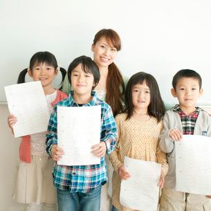 テストを見せる小学生と先生の写真素材 [FYI01947776]