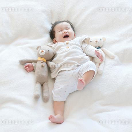 クマのぬいぐるみと赤ちゃんの写真素材 [FYI01947812]