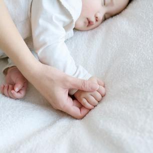 赤ちゃんの手を握る母親の手元の写真素材 [FYI01947813]