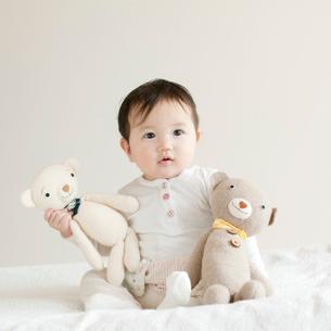 クマのぬいぐるみと赤ちゃんの写真素材 [FYI01947878]