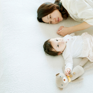 赤ちゃんの手を握る母親の写真素材 [FYI01947888]