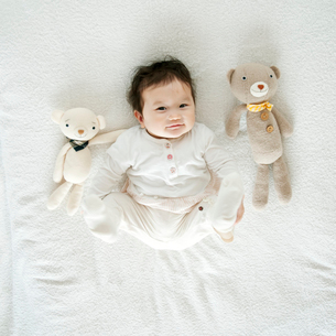 クマのぬいぐるみと赤ちゃんの写真素材 [FYI01947893]