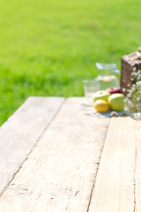 草原とテーブルの上のピクニックグッズの写真素材 [FYI01947934]