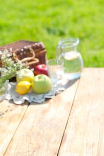 草原とテーブルの上のピクニックグッズの写真素材 [FYI01947939]