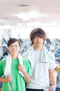 スポーツジムで微笑むカップルの写真素材 [FYI01947954]