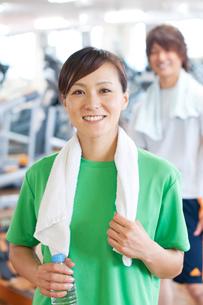 スポーツジムで微笑む女性の写真素材 [FYI01947961]