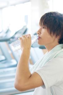 スポーツジムで水を飲む男性の写真素材 [FYI01947971]