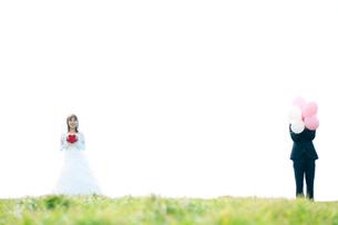 ハートを持つ花嫁と風船を持つ新郎の写真素材 [FYI01948043]
