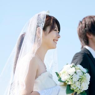 ブーケを持ち微笑む花嫁の写真素材 [FYI01948087]