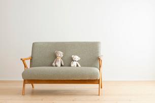 ソファーに座るクマのぬいぐるみの写真素材 [FYI01948116]
