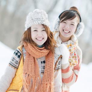 雪原で微笑む2人の女性の写真素材 [FYI01948186]