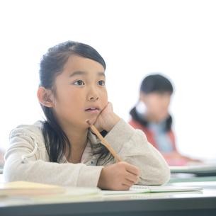 勉強をする小学生の写真素材 [FYI01948197]