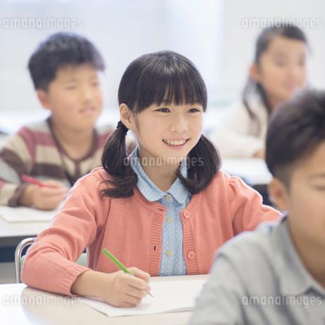 勉強をする小学生の写真素材 [FYI01948205]