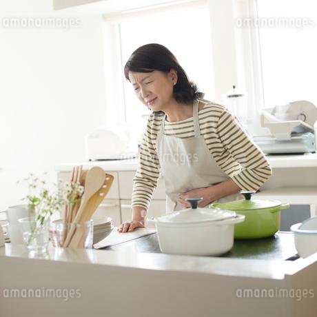 腹痛に悩むシニア女性の写真素材 [FYI01948210]