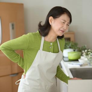 腰痛に悩むシニア女性の写真素材 [FYI01948217]
