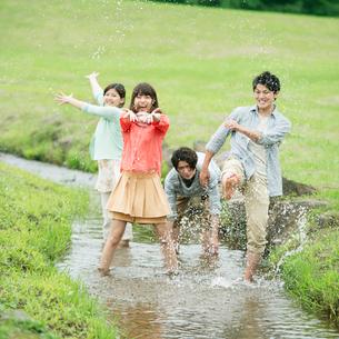 川で遊ぶ大学生の写真素材 [FYI01948233]