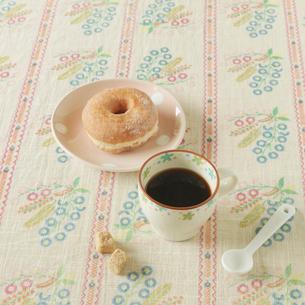 テーブルの上のドーナッツとコーヒーの写真素材 [FYI01948237]