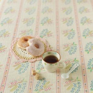 テーブルの上のドーナッツとコーヒーの写真素材 [FYI01948241]