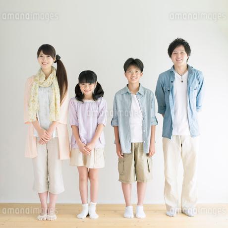 壁際に並び微笑む家族の写真素材 [FYI01948307]