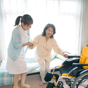 患者の手助けをする看護師(訪問医療)の写真素材 [FYI01948311]