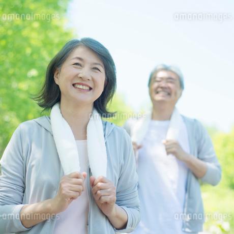 ジョギングをするシニア夫婦の写真素材 [FYI01948344]