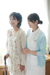 患者の手助けをする看護師(訪問医療)の写真素材 [FYI01948389]
