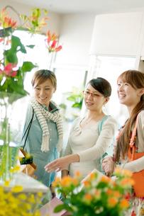 花屋で花を選ぶ3人の女性の写真素材 [FYI01948420]
