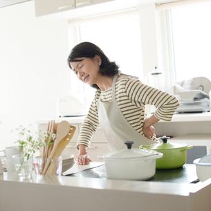 腰痛に悩むシニア女性の写真素材 [FYI01948463]