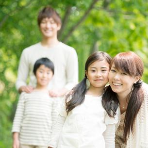 公園で微笑む親子の写真素材 [FYI01948483]