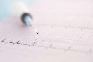 心電図のグラフと注射器の写真素材 [FYI01948507]