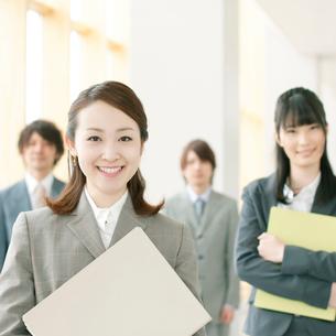 オフィスで微笑むビジネスマンとビジネスウーマンの写真素材 [FYI01948520]