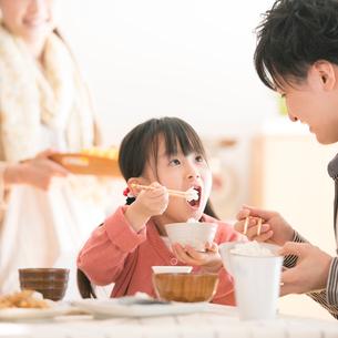 ご飯を食べる女の子と父親の写真素材 [FYI01948559]